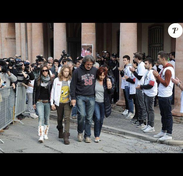 Les parents de Marco Simoncelli, Paolo et Rossella, sa jeune soeur Martina et sa fiancée Kate lors de l'enterrement du jeune pilote le 27 octobre 2011 à Coriano