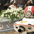 La dépouille de Marco Simoncelli reposait entre ses deux motos lors de son enterrement le 27 octobre 2011 à Coriano