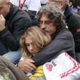 Paolo Simoncelli et sa fille Martina lors de l'enterrement de son fils, le jeune pilote Marco Simoncelli le 27 octobre 2011 à Coriano