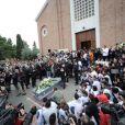 La foule s'était massée dehors pour applaudir une dernière fois le jeune pilote Marco Simoncelli le 27 octobre 2011 à Coriano