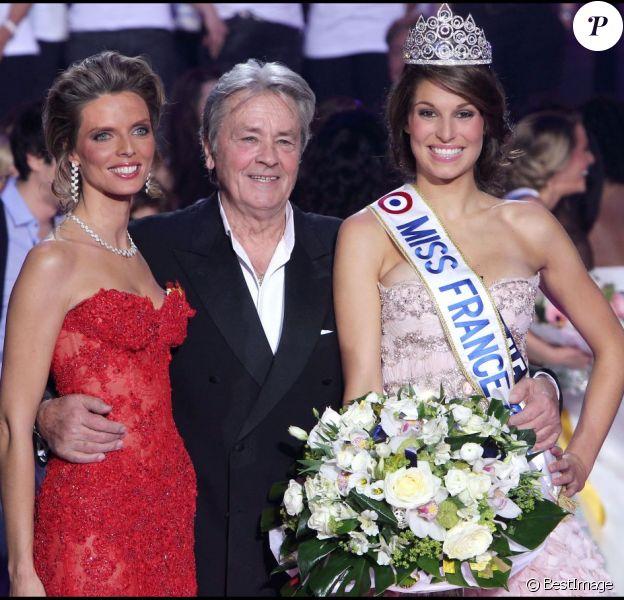 Sylvie Tellier, Alain Delon et Laury Thilleman en décembre 2011 lors de l'élection Miss France 2011 à Caen