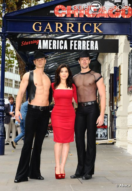 America Ferrera et des danseurs à Londres, le 31 octobre 2011. La star a rejoint le casting de la comédie musicale Chicago