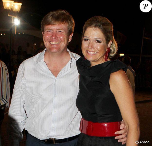 Lors du festival Brionplein, à Curaçao, la  princesse Maxima s'est montrée très complice avec son  mari le prince Willem-Alexander. La reine Beatrix, le prince Willem-Alexander et la princesse Maxima des Pays-Bas faisaient escale pour 48 heures à Curaçao, les 1er et 2 novembre 2011, dans le cadre de leur visite officielle de dix jours dans les Antilles.