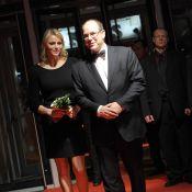 La princesse Charlene, avec Albert à Toronto, dévoile ses jambes sculpturales