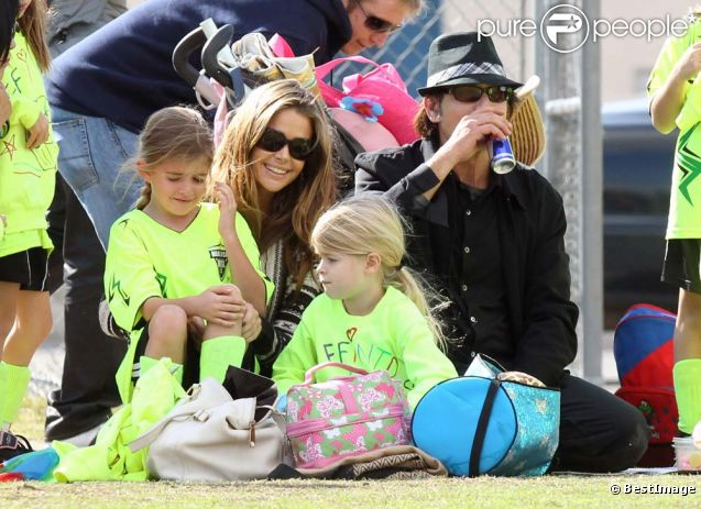 Charlie Sheen, Denise Richards et leur fille Lola soutiennent l'aînée Sam lors de son match de football, à Calabasas, le 19 novembre 2011. À la pause, la petite vient partager un encas avec ses parents.
