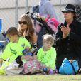 Charlie Sheen, Denise Richards et leur fille Lola soutiennent l'aînée Sam lors de son match de football, à Calabasas, le 19 novembre 2011. Dans la poussette, Eloise Joni, la fille adoptive de Richards.