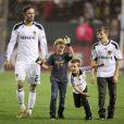 David Beckham et ses trois fils Romeo, Cruz et Brooklyn, sur la pelouse du Home Depot Center à Los Angeles, le 16 octobre 2011.