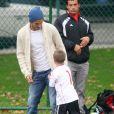 David Beckham et son fils Cruz (6 ans) à Los Angeles, en pleine partie de foot. Le 12 novembre 2011.