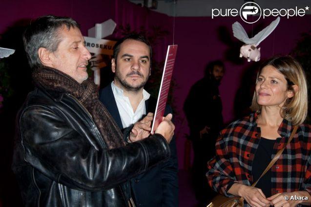 Antoine de Caunes, François-Xavier Demaison et Marina Foïs à la présentation de l'exposition Sex and the City, place de la Bastille à Paris le 21 novembre 2011