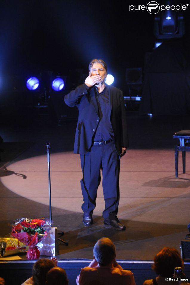 Serge Lama sur la scène de L'Olympia, à Paris, le 9 octobre 2011.