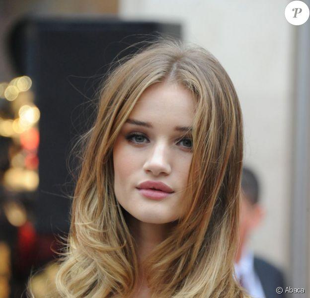 Rosie Huntington-Whiteley superbe lors de l'ouverture officielle de Marks & Spencer à Paris le 24 novembre 2011 dans la matinée.