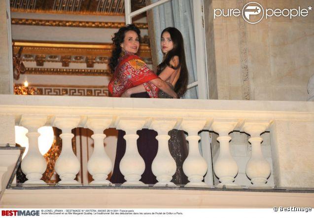 Andie MacDowell et sa charmante fille Sarah Margaret Qualley lors du Bal des débutantes à l'hôtel de Crillon à Paris. Le 26 novembre 2011