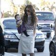 Victoria Beckham et son adorable fille Harper se rendent à l'aéroport de Los Angeles le 26 novembre 2011