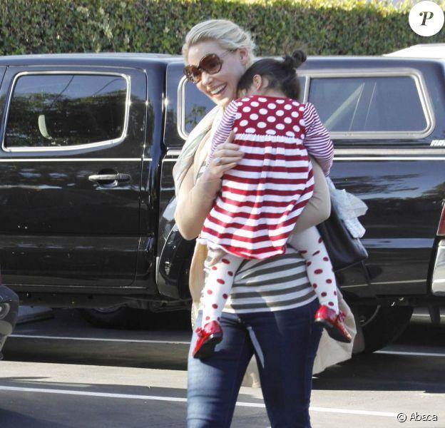 Katherine Heigl et sa petite Naleigh le 27 novembre 2011, à Los Angeles. Nancy, la maman de la comédienne, est à leurs côtés !