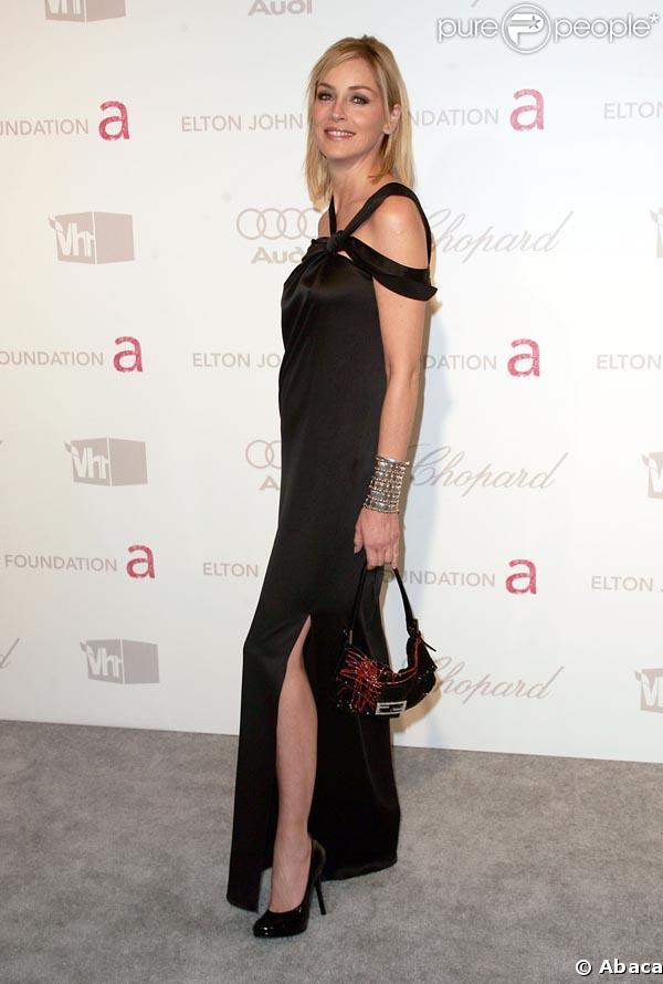 Sharon Stone mise sur le basique : rien de tel que des escarpins noirs pour complèter une robe de soirée !