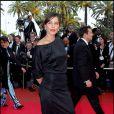 Zoé Félix, très élégante sur la tapis rouge de Cannes, même avec ses chaussures compensées