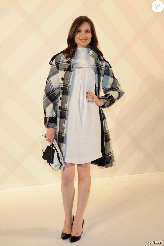 sophie ellix bextor le 1er d cembre 2011 a c l br l 39 ouverture de la nouvelle boutique burberry. Black Bedroom Furniture Sets. Home Design Ideas