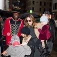 """""""Brad Pitt et Angelina font du repérage pour Noël avec leurs 6 enfants, à New York. 7 décembre 2011"""""""