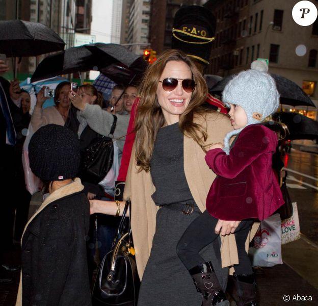Brad Pitt et Angelina font une razzia chez F.A.O Schwarz avec leurs 6 enfants, à New York. 7 décembre 2011