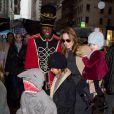 Brad Pitt et Angelina font du repérage pour Noël avec leurs 6 enfants, à New York. 7 décembre 2011