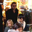 Brad Pitt en compagnie de Knox, Pax et Maddox, à New York. 7 décembre 2011