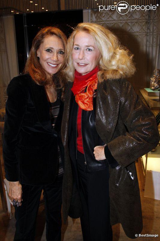 Marisa Berenson et Brigitte Fossey lors d'une séance de dédicace pour le livre A Life in Pictures le 11 décembre 2011 à Paris