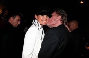 Johnny Hallyday et Laeticia, enfin en amoureux, s'offrent un fougueux baiser