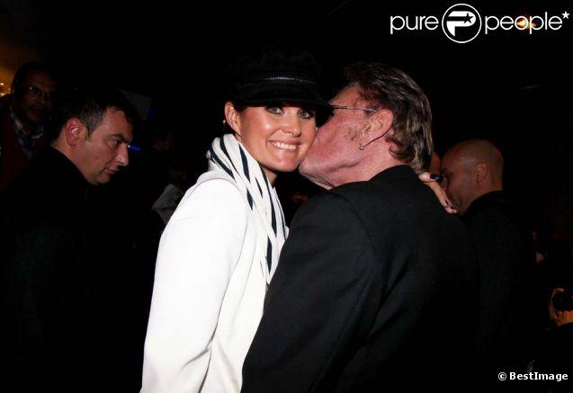 Johnny Hallyday et Laeticia à l'avant-première des  Tribulations d'une caissière , à Paris le 12 décembre 2011. Quelle tendresse !