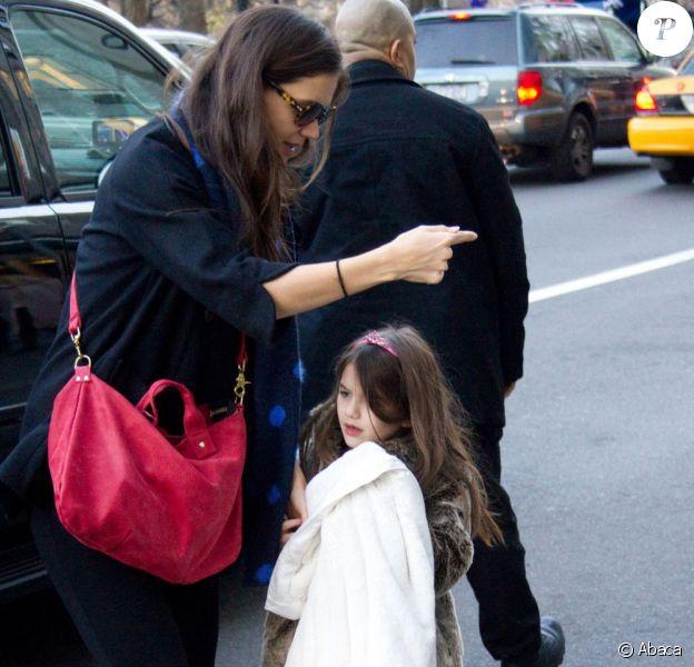 Suri Cruise en compagnie de sa maman Katie Holmes a ressorti ses talons dorés pour briller à New York. Le 14 décembre 2011