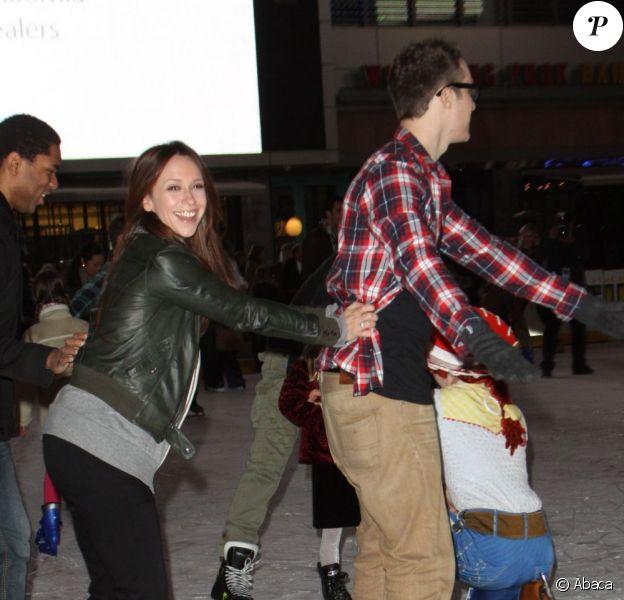Jennifer Love Hewitt et son chéri Jarod Einshohn sur la patinoire lors de la première de Disney on ice : Toy Story 3, à Los Angeles le 14 décembre 2011