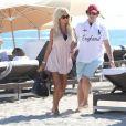 Victoria Silvstedt et le fils de son compagnon Maurice profitent du soleil sur une plage de Miami le 26 décembre 2011