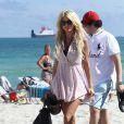 Victoria Silvstedt : sublime en bikini noir aux côtés du fils de son compagnon Maurice à Miami le 26 décembre 2011