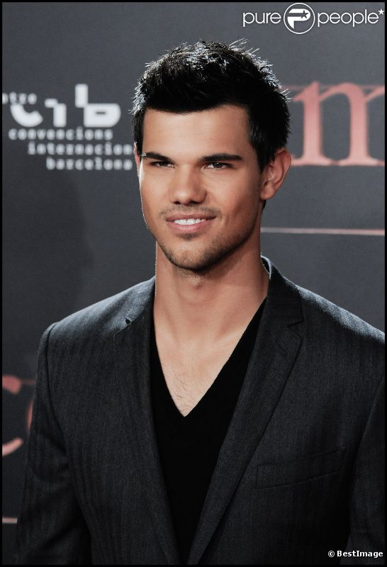 taylor lautner victime d 39 un coming out compl tement invent purepeople. Black Bedroom Furniture Sets. Home Design Ideas