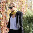 Nicole Richie est rarement aperçue sans ses lunettes House Of Harlow 1960, qu'elle porte ici sur une veste Helmut Lang, un pantalon 3.1 Philipp Lim et des chaussures Givenchy. Los Angeles, le 22 décembre 2011.