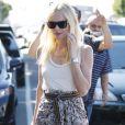 L'actrice Kate Bosworth, en connaisseuse, est une grande fan d'Isabel Marant, dont elle porte une jupe portée sous un débardeur blanc pour un look printanier et tendance. Los Angeles, le 31 mars 2011.