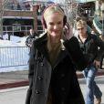 L'actrice Kate Bosworth débarque au Festival de Sundance et contre le froid avec style dans une robe en dentelle et un cache oreille Burberry, avec un sac Alexander Wang à la main. Park City, le 24 janvier 2011.