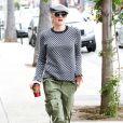 La chanteuse/créatrice Gwen Stefani, connue pour son look décalé, brillait le 4 novembre à Sherman Oaks (CA) dans une tenue masculine aux inspirations militaires.