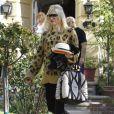 Gwen Stefani, radieuse dans son pull léopard, a toujours dans sa tenue au minimum un vêtement issu de sa propre ligne L.A.M.B, ce qui fait d'elle la meilleure VRP en activité.