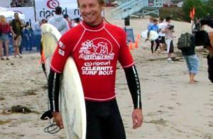 Simon Baker : Surfeur musclé à la plage au côté de sa femme, plus en formes