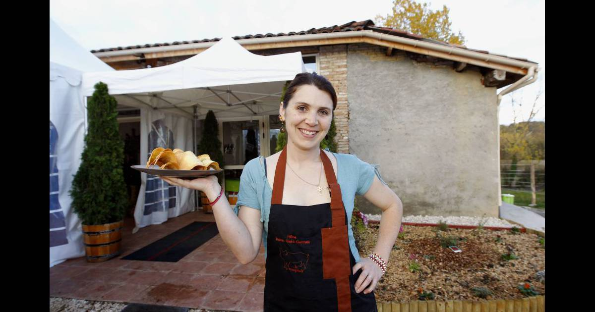 anne alassane posait le 18 11 2010 devant son restaurant la pays 39 anne montauban. Black Bedroom Furniture Sets. Home Design Ideas