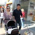 Mario Lopez, sa copine Courtney Mazza et leur fille Gia, le 1er novembre 2011 à Los Angeles