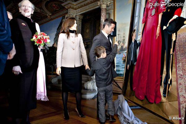 La reine Margrethe, entourée de son mari le prince Henrik, de son fils et héritier le prince Frederik, de sa belle-fille la princesse Mary et de son petit-fils le prince Henrik, inaugurait le 11 janvier 2012 une exposition consacrée à ses 40 ans de règne, au château de Frederiksborg.