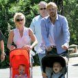 À Sydney en novembre 2009, Britney Spears promène ses fils Sean et Jayden en compagnie de Jason Trawick