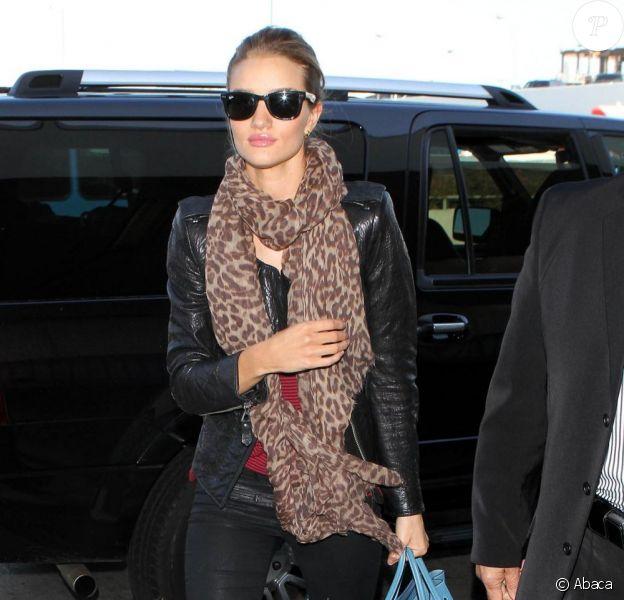 Rosie Huntington-Whiteley, très chic et stylée, décolle de l'aéroport JFK de New York, le 17 janvier 2012.