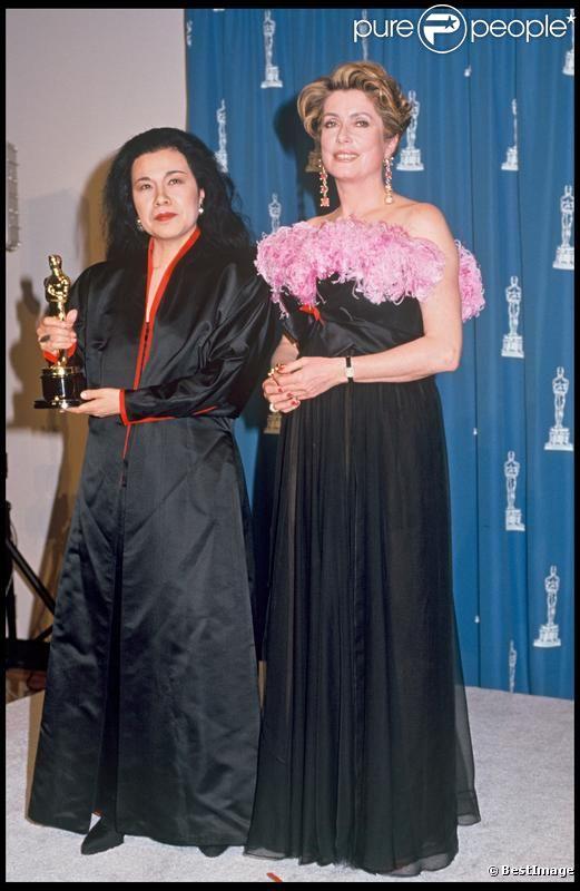 Eiko Ishioka et Catherine Deneuve aux Oscars en 1993.