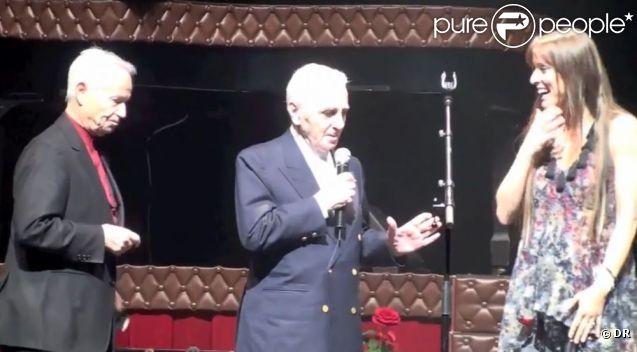 Charles Aznavour rejoint sur scène Lynda Lemay pour la décorer, à L'Olympia, à Paris, le 30 janvier 2012.