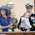 Mary et Frederik avec les jumeaux Vincent et Josephine à bord du Dannebrog, en août 2011.   La princesse Mary célébrait le 5 février 2012 son 40e anniversaire. La Maison royale a publié à cette occasion quatre nouveaux portraits officiels.
