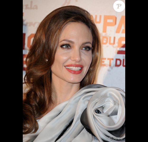 Angelina Jolie rayonnante le 16 février 2012 à Paris pour l'avant-première du film Au pays du sang et du miel