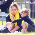 Jessica Alba, épanouie et heureuse auprès de ses filles dans un parc de Los Angeles. Le 18 février 2012