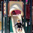 Jessica Alba profite de ses filles Honor et Haven à l'occasion d'une sortie en famille dans un parc de Los Angeles le 18 février 2012